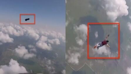 Paracadutista perde una scarpa e poi riesce a recuperarla: le spettacolari immagini in soggettiva