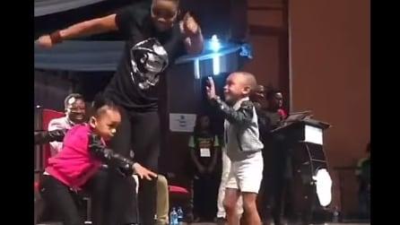 I bambini ballano sul palco con la loro insegnante: la performance è adorabile