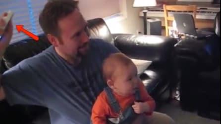 Il papà muove il telecomando della consolle: la reazione del bambino è tutta da ridere