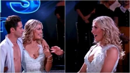 Il ballerino interrompe lo show tv e commuove tutti con una sorpresa molto speciale