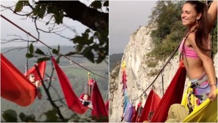"""Amache sospese nel vuoto: """"relax"""" a 200 metri d'altezza, le immagini da brivido"""