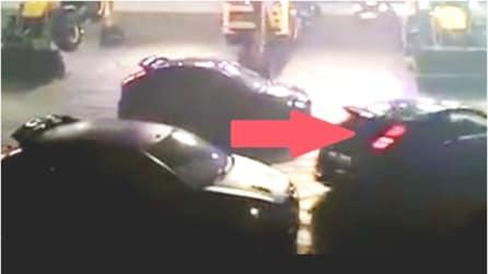 L'auto sta per scontrarsi in retromarcia ma ecco cosa succede