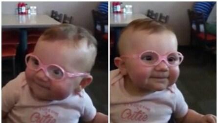 Le mette gli occhiali e la figlia riesce a vedere bene per la prima volta: la sua reazione è emozionante