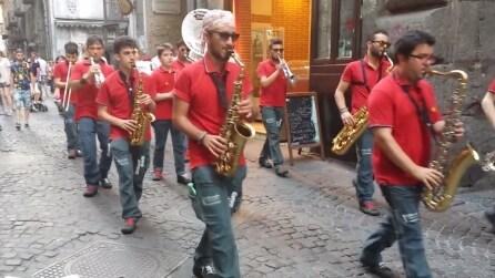 La Band suona Pino Daniele per le strade di Napoli