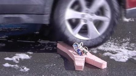 Gli passa sopra con la macchina e guardate la reazione di questo robot