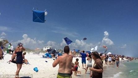 L'aereo vola basso sulla spiaggia e guardate cosa succede