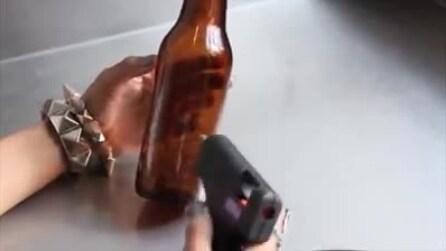 Mette della colla a caldo sulla bottiglia di birra: il risultato è fantastico