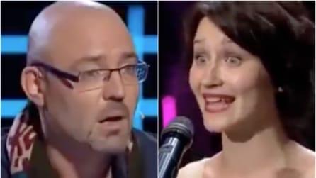 Sale sul palco, inizia a cantare ma la vera sorpresa arriva dopo