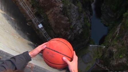 Lascia cadere il pallone nel vuoto: l'effetto che ne segue è sbalorditivo