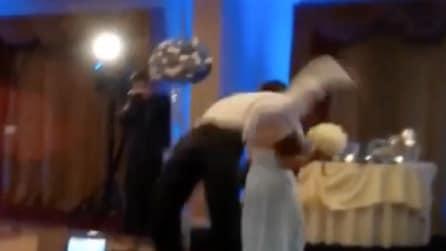 Il testimone 'vola' sulla pista da ballo: guardate attentamente cosa succede alla sposa