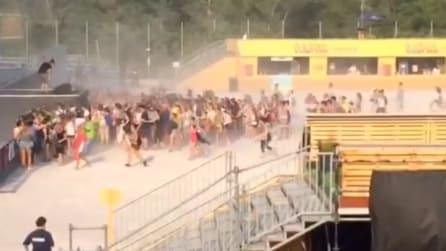 I fan corrono sotto al palco, i The Kolors riprendono tutta la scena