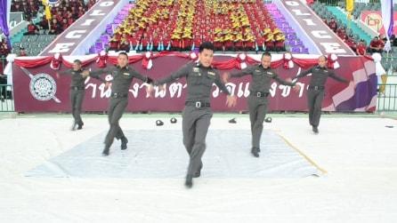 I poliziotti si esibiscono in un divertente ballo e le immagini fanno il giro del web
