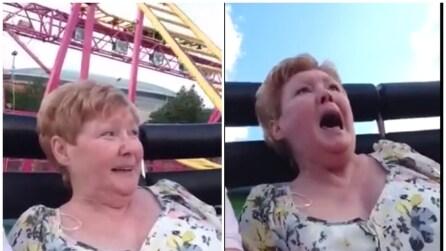 Porta la mamma sulle montagne russe: la sua reazione è troppo divertente