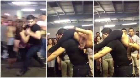 Solleva la sua partner sulle spalle mentre balla, poi guardate cosa fanno