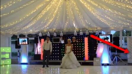 Gli sposi si preparano per il loro primo ballo ma guardate bene cosa accade