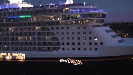 La crociera della Disney attracca al porto con un'entrata trionfale