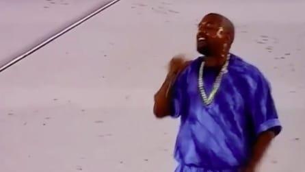 Il microfono smette di funzionare e Kanye West reagisce in modo assurdo