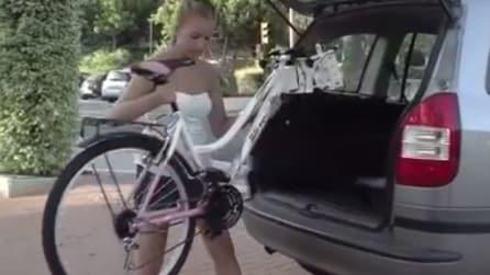 """Tira fuori dal bagagliaio dell'auto una bici """"speciale"""": guardate cos'è capace di fare"""