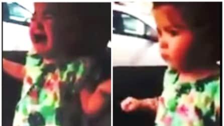 La bimba piange disperatamente ma basta un istante e qualcosa riesce a calmarla