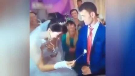 La moglie gli fa uno scherzo ma guardate l'incredibile reazione dello sposo