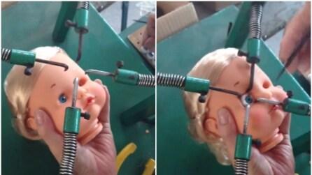 Ecco come vengono montati gli occhi delle bambole