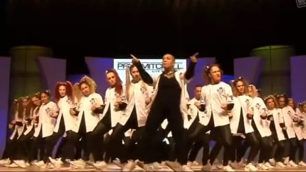 Un gruppo di ballo di sole donne: salgono sul palco e restano tutti senza parole