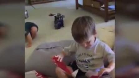 Regala un avocado al suo bambino per vedere la sua reazione e lui lo sorprende in modo adorabile