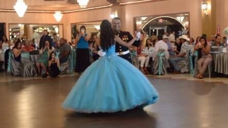 Il padre è un Marine degli Stati Uniti e guardate che regalo fa a sua figlia durante il ballo