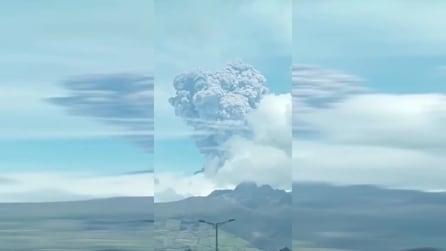 È tra i vulcani più pericolosi al mondo: si è risvegliato dopo 100 anni