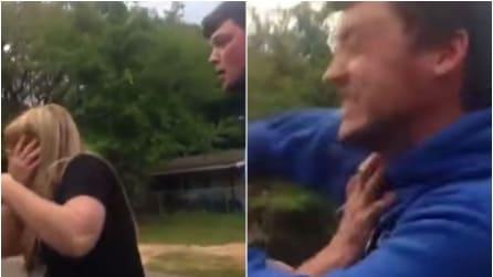 Il patrigno della fidanzata schiaffeggia sua suocera, la reazione del genero è immediata