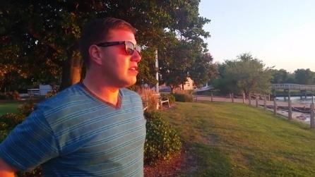 È daltonico e indossa per la prima volta degli occhiali speciali al tramonto