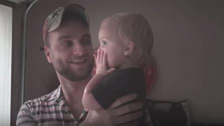 La bambina va sotto la pioggia col papà per la prima volta, la sua reazione è emozionante