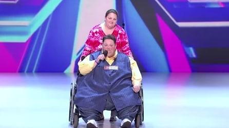 Sale sul palco con la sedia a rotelle e lascia tutti a bocca aperta