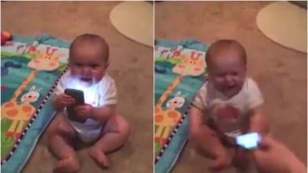 Toglie il cellulare alla bambina e la sua reazione è sconcertante