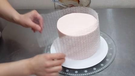 Prepara una torta e poi la avvolge con un foglio di plastica per un risultato fantastico