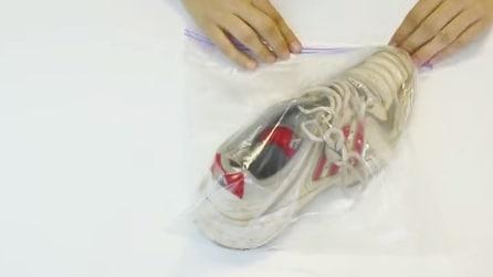 Mette una scarpa in una busta di plastica, ecco l'idea più geniale di sempre