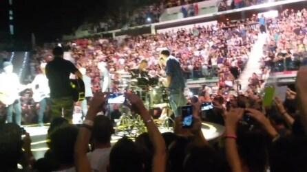 U2: Bono chiama sul palco alcuni fan per esibirsi in 'Desire'