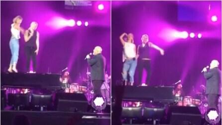 """Salgono sul pianoforte durante il concerto di Billy Joel: ecco le star """"cubiste"""" sulle note di """"Uptown Girl"""""""