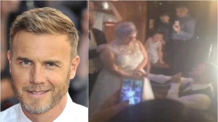 Gary Barlow, serenata di matrimonio in un pub: il leader dei Take That commuove la sua fan