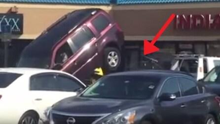 Il carro attrezzi gli ha agganciato l'auto ma lui non ci sta: l'assurdo tentativo di fuga