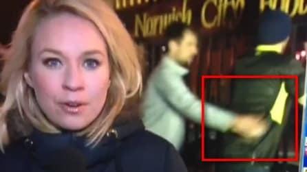 Accade in diretta: ecco cosa succede alle spalle della giornalista durante il collegamento