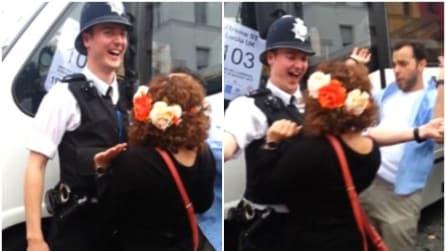 Carnevale di Notting Hill: si avvicinano al poliziotto e guardate come reagisce
