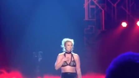 """Britney Spears choc, provocazioni sessuali sul palco: """"Succhiatemi i piedi"""""""