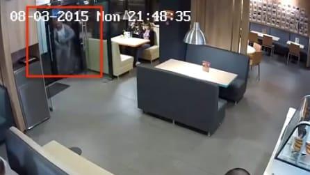 Un uomo sta per entrare in pizzeria, ma appena apre la porta ecco cosa accade