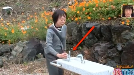 Si avvicina alla fontana e guardate cosa succede: troppo divertente