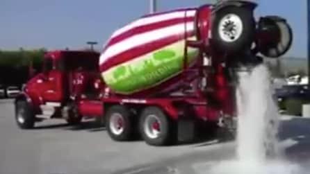 Versano litri d'acqua sull'asfalto, quello che accade è sorprendente