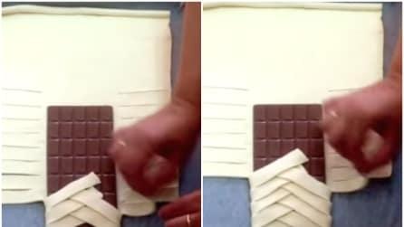 Avvolge la tavoletta di cioccolato nella pasta: quello che crea è geniale