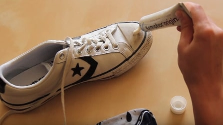 Spalma il dentifricio sulla scarpa: il risultato è sorprendente