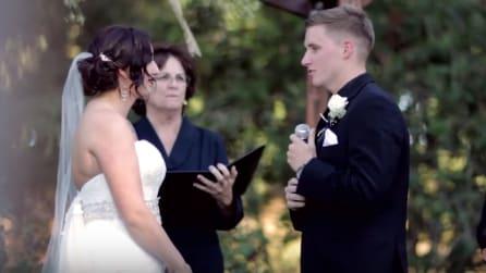 Durante la cerimonia lo sposo prende il microfono e accade qualcosa di inaspettato
