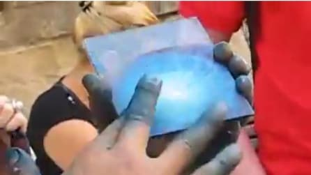 Dita colorate di azzurro: in pochissimi secondi realizza un'opera d'arte